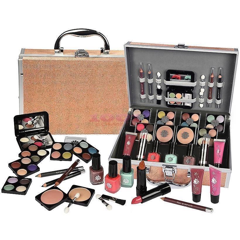db3ae5a9b0db2 Praktyczny zestaw kosmetyków do makijażu to podstawowe wyposażenie  wizażystów. Niemniej jednak przyda się on również osobom, które nie zajmują  się ...